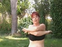 Curvy milf doing workout