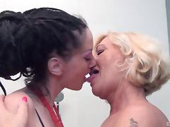 Pale senorita allows her experienced mentor to do some pussy licking
