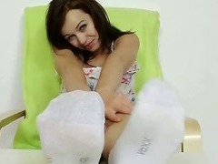 Hot babe Emma Diamond bare feet show