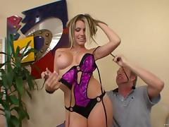 Courtney Cummz shows her cock-riding talent in hardcore scene
